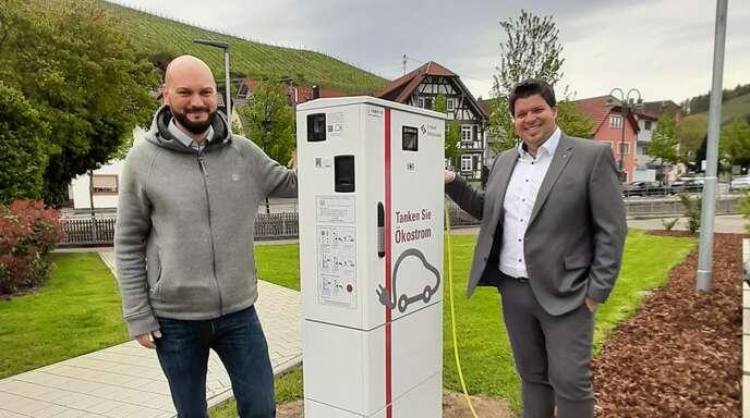 Bürgermeister Andreas König (rechts) hat mit Michael Mathuni, E-Werk Mittelbaden, die neue Lademöglichkeit im Ortskern begutachtet.