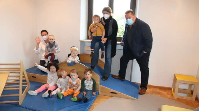 Yvonne Falk (links), Janina Streit, Ortsvorsteher Werner Maier und die Kinder freuen sich über die Übergangslösung im Griesheimer Pfarrhaus.
