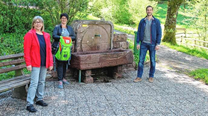 """Gabi Schneider (von links) und Ulla Möbius von der Tourist-Info sowie der Unterentersbacher Ortsvorsteher Christian Dumin am Startpunkt des Rätselwegs mit """"Anni""""."""