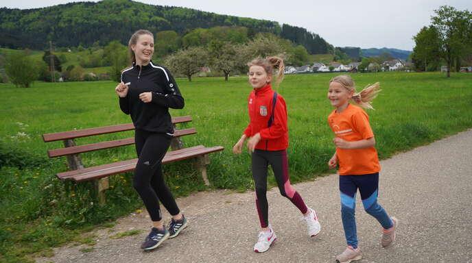 Laufpatin Elena Hansmann (v. l.) von den TV Haslach Leichtathleten mit ihren beiden 10-jährigen Schützlingen Jule Issenmann und Yvi Schimpfkäse.