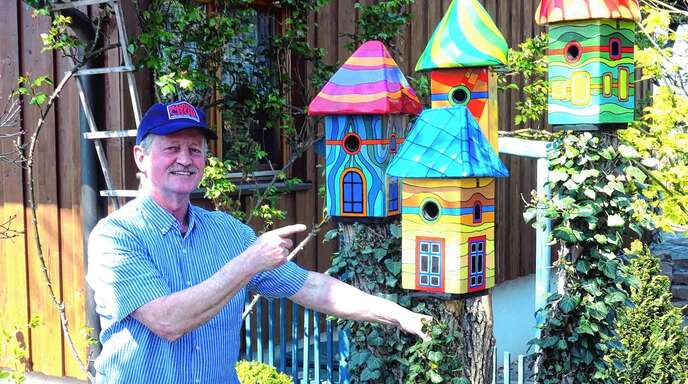 Arnold Fuß baute Vogelhäuschen im Hundertwasserstil