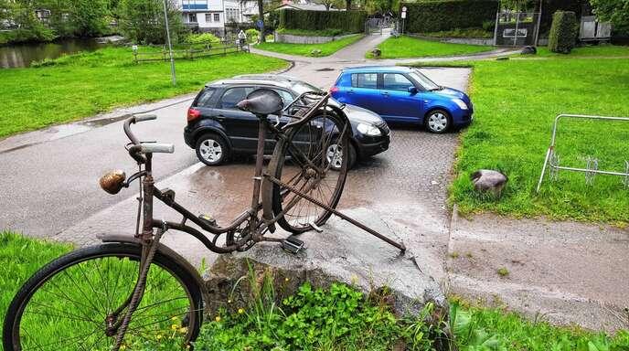 Besucher des Wolfacher Friedhofs bemängeln, dass der Parkplatz zwischen Friedhof und Bike-Park vermehrt von Wohnmobilen als Stellplatz genutzt werde und es so an Plätzen für die Friedhofsbesucher fehle.