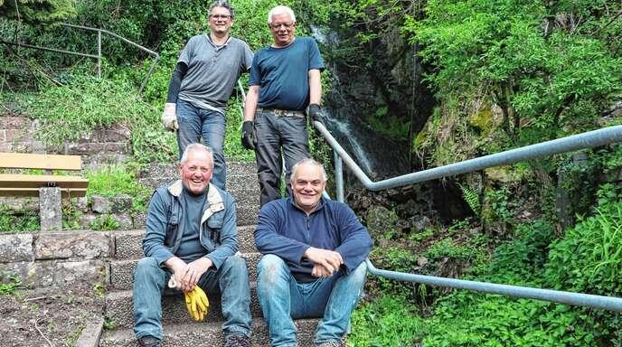 Arbeiten gemeinsam am Schlossbächle: (v. l.) Otto Streck, Stefan Huber, Thomas Gmeiner und Wolfgang Roth.