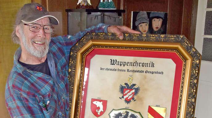 Waldemar aus Gengenbach liebt die Kalligraphie. Er fertigt aus eigenem Antrieb und meist ohne Auftrag Kunstwerke an und schreibt alte Bücher ab. Damit verfeinert er seine Technik und gewinnt Lebensfreude. Hat er mal etwas Geld übrig, investiert er es in Material.