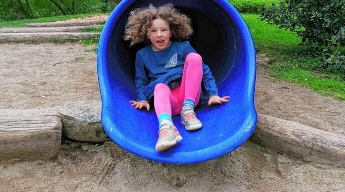 Es gibt zwar nicht allzu viele Spielgeräte, aber die vorhandenen machen den Kindern großen Spaß.