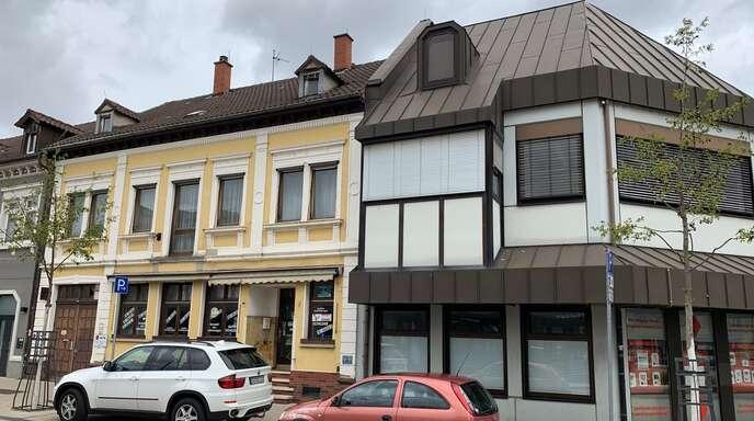 """Das """"gelbe Haus"""" und die alte Sparkasse sollen abgerissen und durch ein modernes Gebäude ersetzt werden."""
