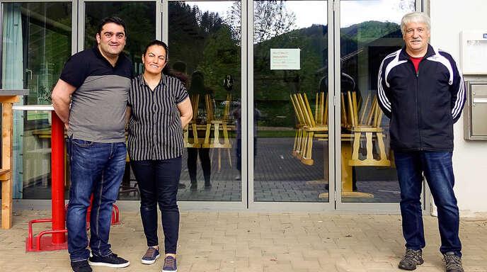 Der Vorsitzende des Sportvereins Mühlenbach, Richard Kern (rechts), begrüßte die neuen Clubhaus-Pächter Cengiz und Hatice Harmanci.