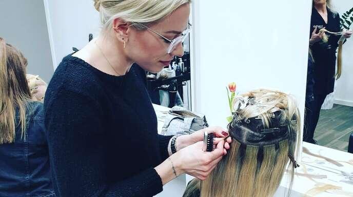 Für mehr Wohlbefinden bei lichtem oder dünnerem Haar bietet der Salon Echthaarverlängerungen und Oberkopfverdichtung an.
