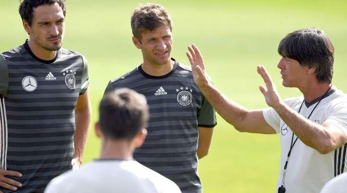 Ein Bild aus dem Jahr 2016: Bundestrainer Joachim Löw (rechts) mit den Weltmeistern Mats Hummels (links) und Thomas Müller