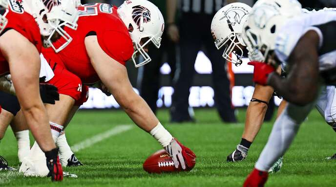 Die Gegner stehen sich Auge in Auge gegenüber – gleich geht es zur Sache: Im Football wird nicht nur auf dem Feld um Raumgewinn gekämpft, sondern auch auf der Funktionärsebene.