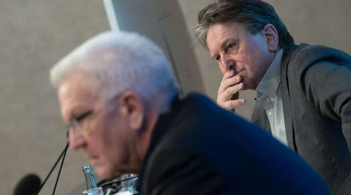 Winfried Kretschmann (vorne) und Manfred Lucha nehmen an der Regierungspressekonferenz teil (Archivbild).