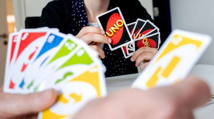 Das quietschbunte Uno-Spiel spricht gezielt junge Menschen an.