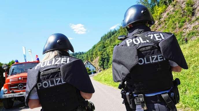 In Schutzausrüstung umstellten Polizisten ein Haus in Oberkirch. Unser Symbolfoto entstand im Juli 2020 in Oppenau bei der Suche nach Yves R.