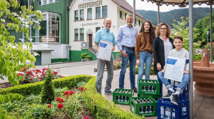 Die Familienbrauerei M. Ketterer aus Hornberg produziert umweltschonend.Das bestätigt das ClimatePartner-Klimaneutral-Label. Im Bild der Geschäftsführer Michael und Philipp Ketterer (von links), Geschäftsführerin Anke Ketterer (2. von rechts) mit der jüngsten Generation Anna und Emil.