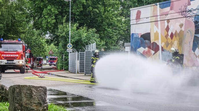Mit Wasser musste die Feuerwehr das austretende Chlor im Freibad binden.
