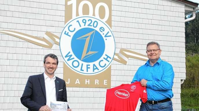 """Das Fortuna-Trikot hat FC-Wolfach-Chef Peter Buchholz (rechts) schon griffbereit. Gemeinsam mit Bürgermeister Thomas Geppert hofft er, mit dem """"fiktiven Geisterspiel"""" einen möglichst hohen Betrag für den guten Zweck zu erzielen."""