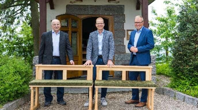 Freuen sich über die neuen Bänke in der Fatima-Kapelle: von links Gerhard Ziegler, Ortsvorsteher Martin Benz und Markus Dauber (Volksbank).