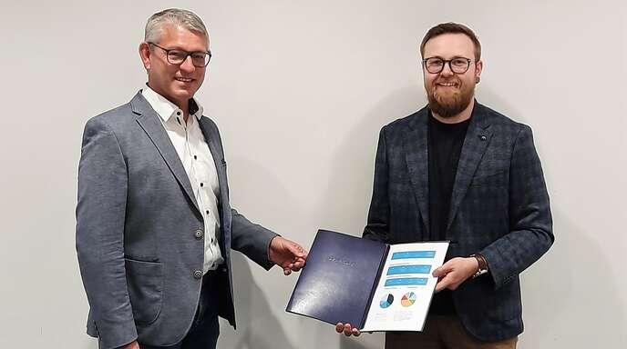 Daniel Birk, Jugendbeiratsprecher der Stadt Oppenau überreichte an Bürgermeister Uwe Gaiser Listen mit insgesamt 451 Unterschriften, die den Wunsch nach einem Skate- und Bike-Park für Oppenau befürworten.