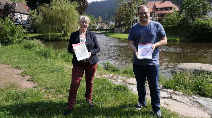 Autorin Lydia Seyffert und Tourist-Info-Leiter Christian Jäckels präsentieren ein Schiltach für Kinder.