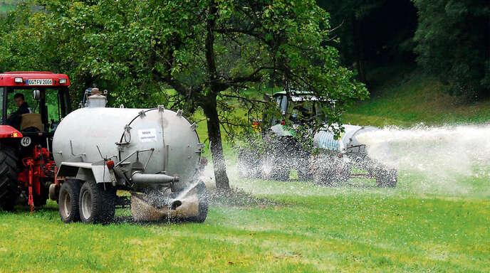 Milchkrise: Einbacher Landwirte kippen ihre Milch aufs Feld, um deutlich zu machen, wie wenig diese noch wert ist.