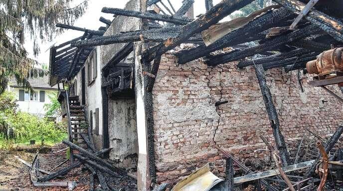 In Hesselbach waren ein Ökonomiegebäude und das direkt angrenzende, leer stehende Altenteil (hinten) in Brand geraten.