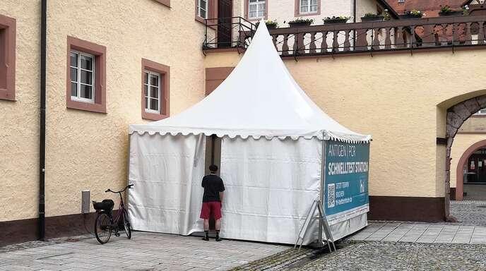 Die neue Corona-Schnellteststation im Schlosshof Wolfach hatte am Mittwoch einen holprigen Start. Am Nachmittag kamen aber auch ohne Online-Anmeldung spontane Testwillige.