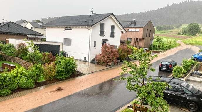 """Das Wasser vom Hang suchte sich während des Unwetters am Mittwoch im Zeller Wohngebiet """"Zum Reutacker"""" auf der Straße seine eigene Spur."""