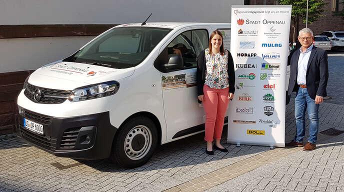 Sarah Huber und Bürgermeister Uwe Gaiser stellen das neue Stadtmobil vor.