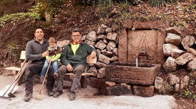 Ortsvorsteher Matthias Fischer (von links) mit Sohn Lorenz und Willi Fischer haben den Lierbachbrunnen wieder aus dem Dornröschenschlaf geweckt.