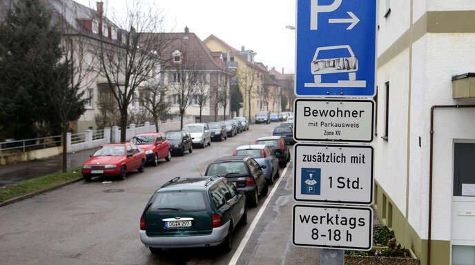 FDP-Bundestagskandidat Martin Gassner-Herz und FDP-Stadtrat Silvano Zampolli wehren sich dagegen, dass Anwohnerparkausweise teurer werden.