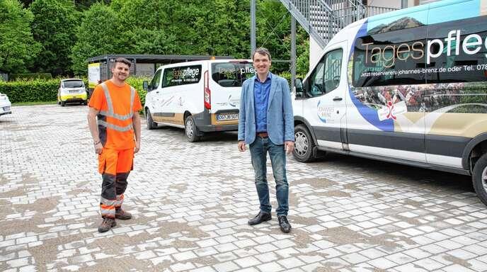 Bauhofleiter Maik Knötig und Bürgermeister Thomas Geppert stellten den frisch gepflasterten Parkplatz an Wolfachs Altem Spital vor.