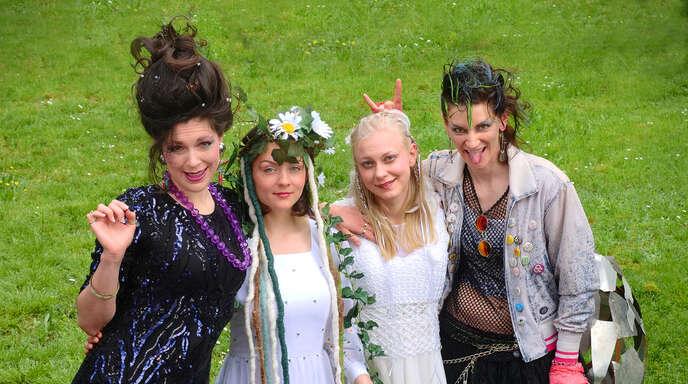 Vater Rheins schöne Töchter: Camilla Kallfaß (von links), Yaroslava Gorobey, Oda Bergkemper und Michelle Brubach.