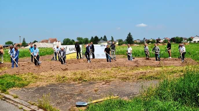 Mit dem symbolischen ersten Spatenstich beginnt nun die Erschließung des Freistetter Neubaugebiets Neuländ II. Es ist das größte Bauprojekt, das in der bisherigen Amtszeit von Bürgermeister Michael Welsche realisiert wird.