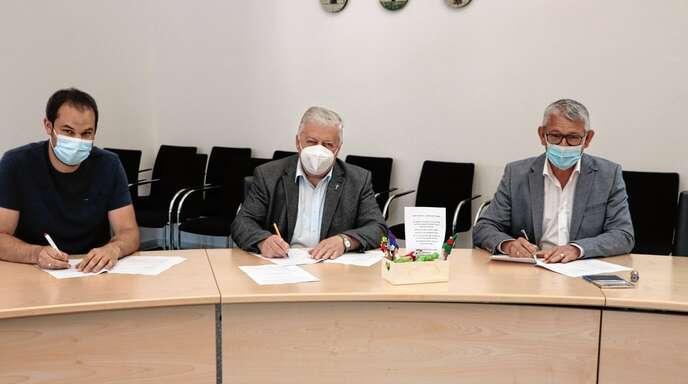 Stefan Zimmermann (v. l.) vom Stiftungsrat der katholischen Kirchengemeinde Oberes Renchtal, Pfarrer Klaus Kimmig und Bürgermeister Uwe Gaiser unterzeichneten den Nutzungsvertrag für den Naturkindergarten Guckinsdorf.