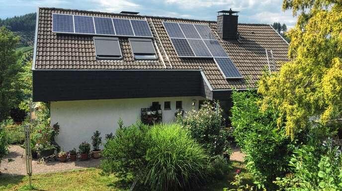 Die Photovoltaik-Anlage auf seinem Haus in Ödsbach hat Hans-Jürgen Ziegler viel Papierkram beschert – und dadurch viel Ärger.