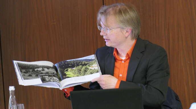 Stadtarchivar und Museumsleiter Andreas Morgenstern zeigt den erfolgreichen Bildband mit Motiven von Schiltach einst und heute aus selber Perspektive.