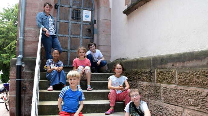 Freuen sich auf ihre erste Heilige Kommunion (von links): Leticia, Jannick, Marie-Luise, Jakob, Lotta und Leon mit Gemeindereferentin Mirjam Feißel (links oben).