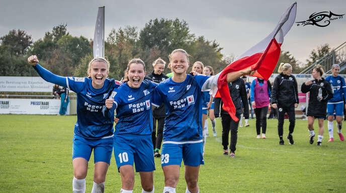 Myrthe Moorrees, Dina Blagojević und Patrycja Balcerzak (mit der polnischen Fahne) freuen sich am 11. Oktober 2020 nach dem 2:1-Heimsieg des SC Sand gegen Eintracht Frankfurt.