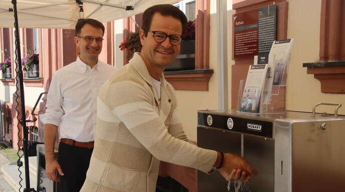 """""""Ja, die sind jetzt wirklich sauber!"""": OB Marco Steffens durfte am Samstagvormittag gleich mehrfach die Hände waschen, bis alle Fotografen ihr Motiv hatten. Hobart-Geschäftsführer Manfred Kohler erklärte die neue Handwaschstation."""