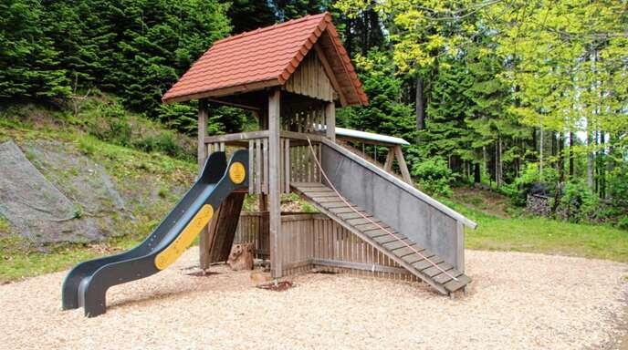 Der Spielplatz der Schwarzwaldvereins-Ortsgruppe Schapbach bei der Otmarhütte auf dem Kupferberg wurde mit Hackschnitzeln neu bestückt.