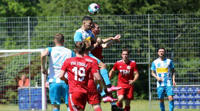 Oberacherns Emanuele Giardini (vorne) beim Kopfball-Duell. Am Ende siegte der Oberligist beim Landesligisten Stegen verdient mit 3:1.