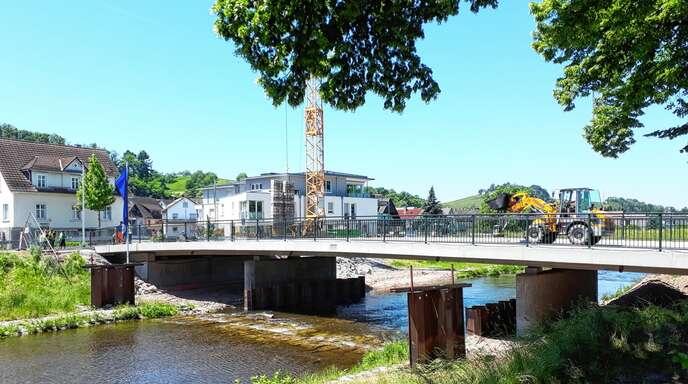 Auch gestern am Einweihungstag wurden noch kleinere Restarbeiten an der neuen Draveilbrücke ausgeführt. Die Verbindung vom Oberdorf in die Stadt ist für den Verkehr freigegeben.