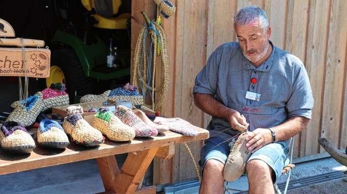 Martha und Rudi Leitl aus Wolfach-Kirnbach zeigten im Vogtsbauernhof, wie man Holzschuhe herstellt.