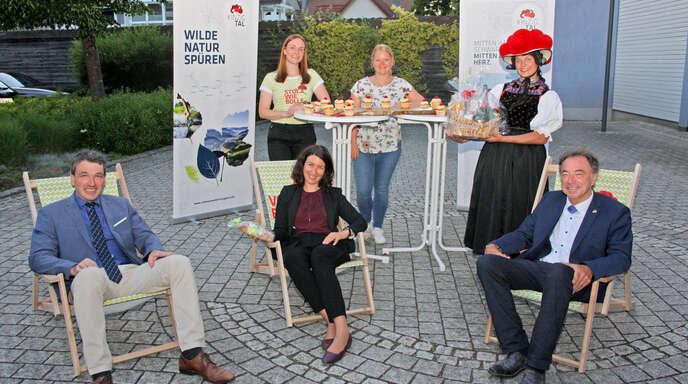 Die Mitgliedskarte des Schwarzwald Tourismus Kinzigtal hat künftig 13 Bollen: Vorsitzender Thomas Geppert (vorne, von links) freute sich mit Schrambergs Oberbürgermeisterin Dorothee Eisenlohr und Gutachs Bürgermeister Siegfried Eckert sowie Geschäftsführerin Isabella Schmieder (hinten, von links) und Schrambergs Tourismus-ChefinAyline Schirling über den Beitritt der großen Kreisstadt.