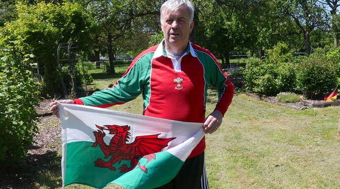 Wales-Fan Roland Jones kurz vor Spielbeginn der EM-Partie Wales gegen die Schweiz am Samstag um 15 Uhr in seinem Garten.