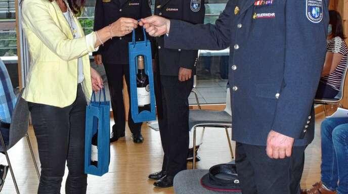 Glückwünsche an die Führungsspitze der Feuerwehr: Bürgermeisterin Sonja Schuchter gratulierte Ewald Wild (vorne) sowie Markus König und Tobias Maurath (hinten von links).