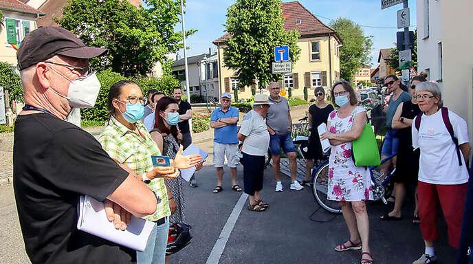 Elgersweier könnte eine Fahrradstraße kriegen. Interessierte Bürger machen sich bei einem Vor-Ort-Termin ein Bild.