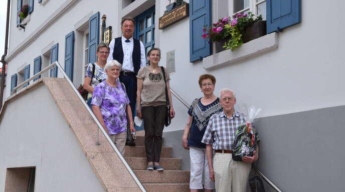 Bürgermeister Siegfried Eckert (hinten )und Hilde Müllerleile vom Rommelehof (Mitte) freuen sich über die treuen Kurgäste Ilse und Rudolf Göb (vorne rechts) und Carola und ihre Mutter Helga Zimmermann (hinten links).