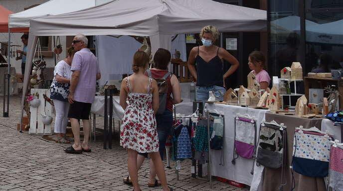 Das Interesse der Besucher am Angebot an den Ständen des Mittsommer-Wochenmarkts war groß