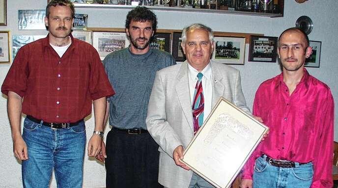 60 Jahre DJK Tiergarten-Haslach: Das Bild zeigt Konrad Papst, der zum Ehrenvorsitzen ernannt wurde, mit dem Vorstandsteam von 1999, (von links) Hermann Winterer, Konrad Papst, Werner Panter und Klaus-Dieter Maihoff.